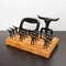 Kit Churrasco Tridente + 12 Garfinhos + Garra + Base de madeira - 15 peças (preto)