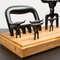 Kit Churrasco Tridente + 6 Garfinhos + Garra + Base de madeira - 9 peças (Preto)