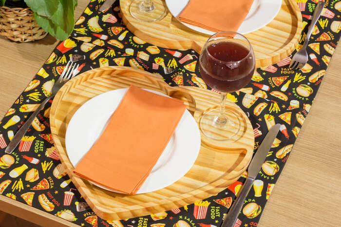 Kit Completo 2 Jogos Americanos + 2 Guardanapos + 2 Sousplats de Madeira + 2 Palavras Decorativas - Fast Food - Laranja