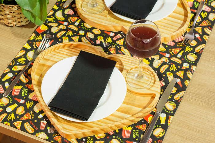 Kit Completo 2 Jogos Americanos + 2 Guardanapos + 2 Sousplats de Madeira + 2 Palavras Decorativas - Fast Food - Preto